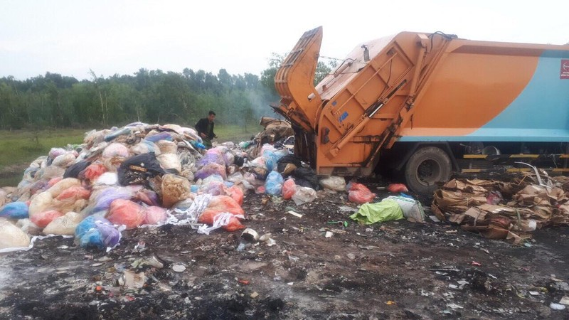 Bắt quả tang xe đổ trộm chất thải ở Bình Chánh - ảnh 1