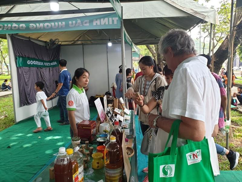 Đổi chai nhựa lấy quà tại Ngày hội Sống xanh - ảnh 1