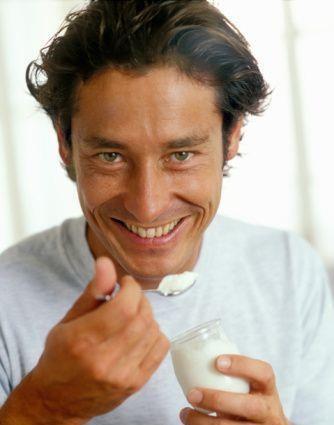 Bất ngờ công dụng của sữa chua với nam giới - ảnh 1