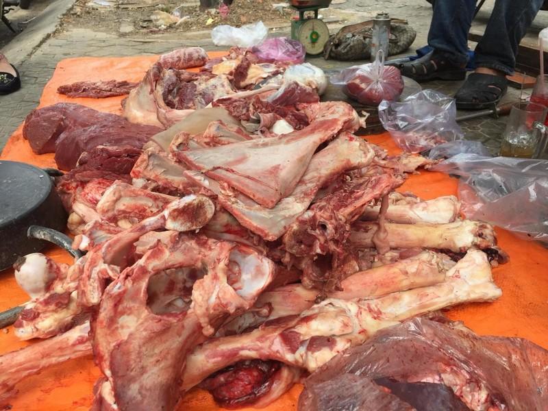 Bày bán thịt trên vỉa hè: Sẽ bị xử lý nặng - ảnh 1
