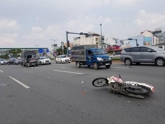 Một phụ nữ văng lên kính xe tải rồi rơi xuống đường ở Thủ Đức - ảnh 2