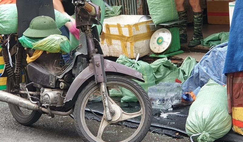 Chở nước đá bằng xe máy rỉ sét có bị xử lý? - ảnh 1
