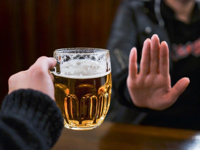 Coi chừng lây bệnh vì uống chung ly bia - ảnh 1