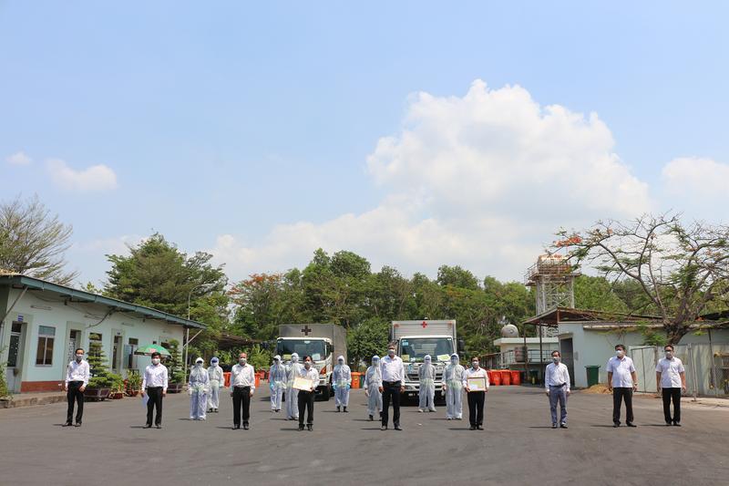 Khen thưởng cho tập thể công nhân thu gom rác y tế mùa dịch  - ảnh 1