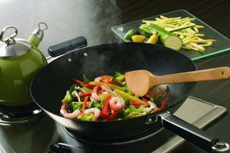 Lưu ý khi sử dụng dụng cụ nấu ăn kẻo gặp phải độc hại  - ảnh 1