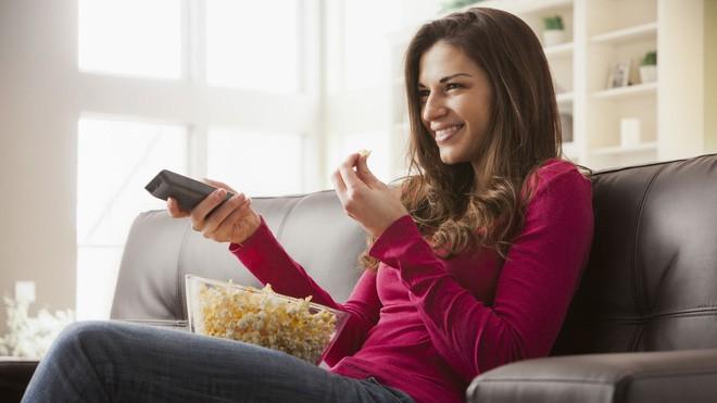 Lý do dẫn đến tăng cân nhanh khi vừa ăn vừa xem tivi  - ảnh 1