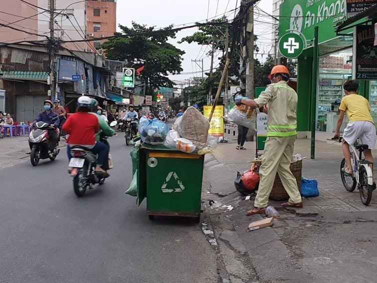 Công nhân thu gom rác bị đe dọa khi làm nhiệm vụ - ảnh 1