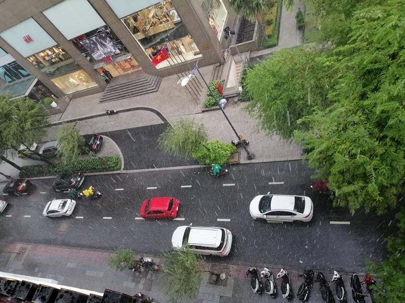 Giữa trưa có mưa lớn ở nhiều quận tại TP.HCM - ảnh 1