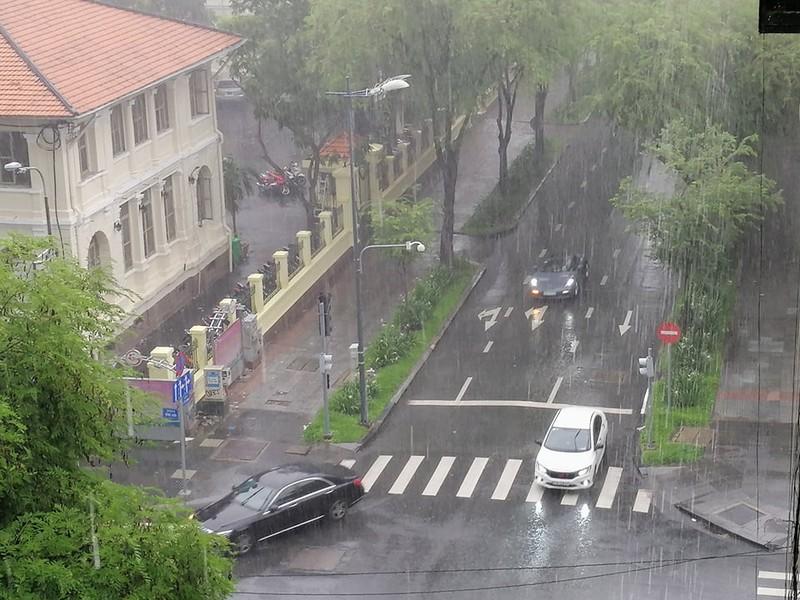 Giữa trưa có mưa lớn ở nhiều quận tại TP.HCM - ảnh 2