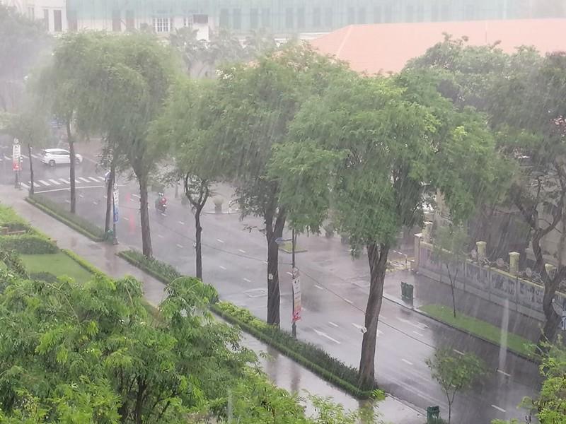Giữa trưa có mưa lớn ở nhiều quận tại TP.HCM - ảnh 3
