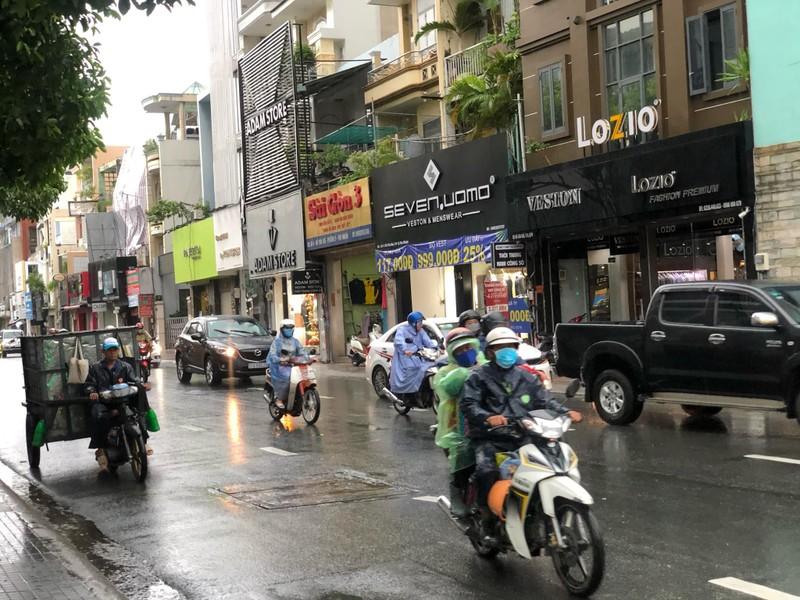 Giữa trưa có mưa lớn ở nhiều quận tại TP.HCM - ảnh 4