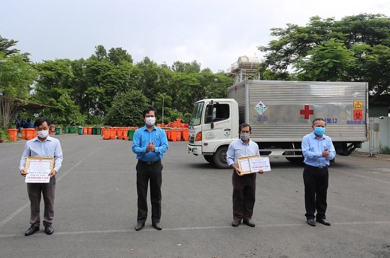 Đội thu gom rác thải y tế ở các cơ sở cách ly tại TP.HCM được thưởng - ảnh 1