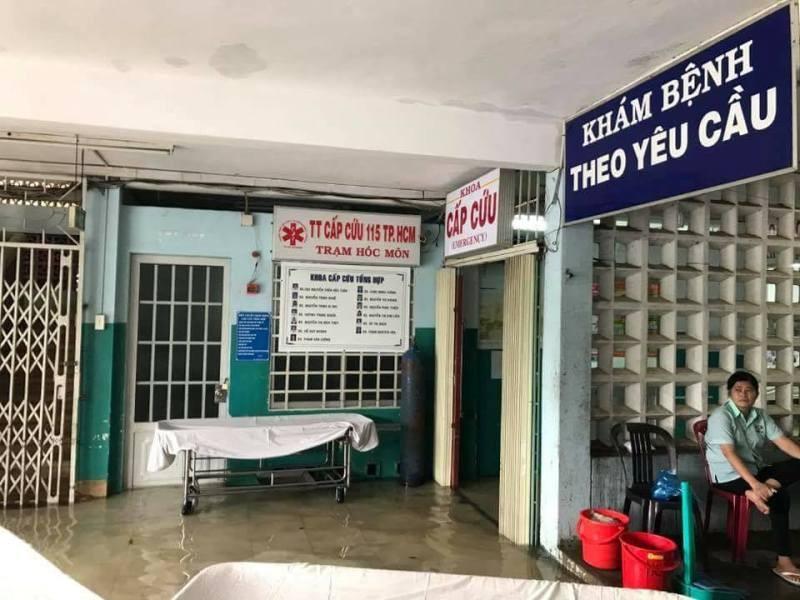 Bệnh viện Hóc Môn ngập, bác sĩ đi ủng khám bệnh - ảnh 2