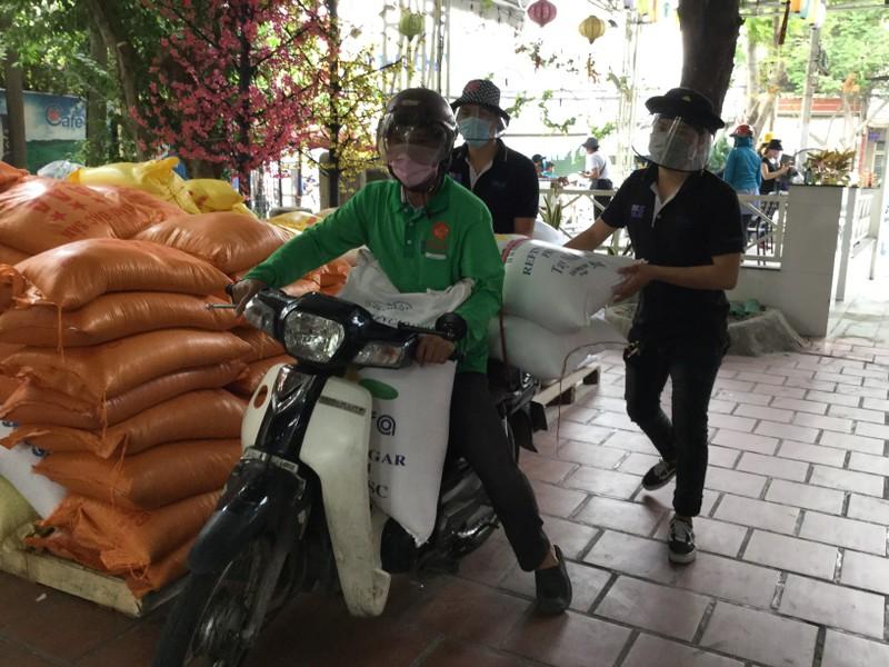 Dân kéo nhau đến góp gạo cho máy phát gạo tự động - ảnh 6