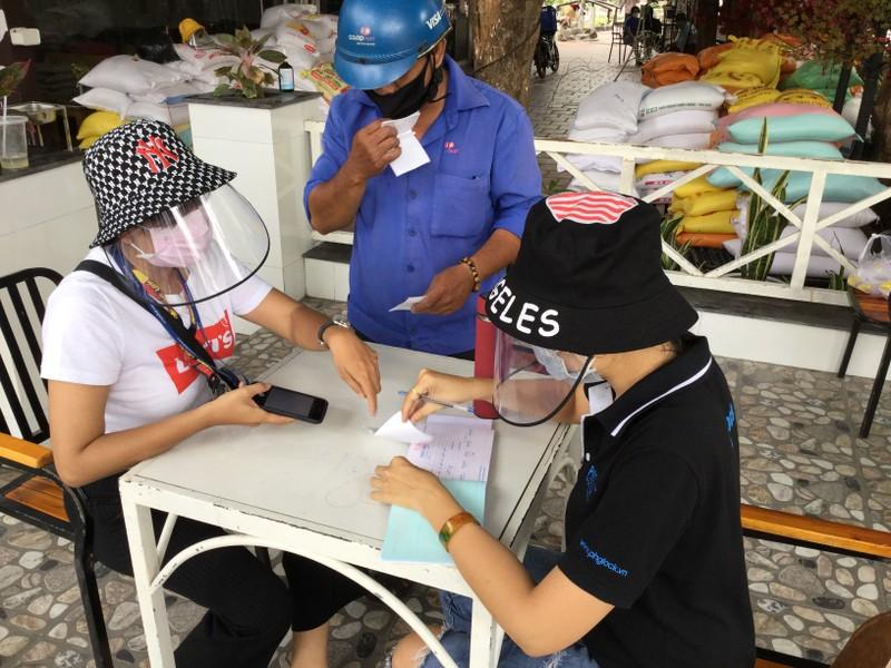 Dân kéo nhau đến góp gạo cho máy phát gạo tự động - ảnh 5
