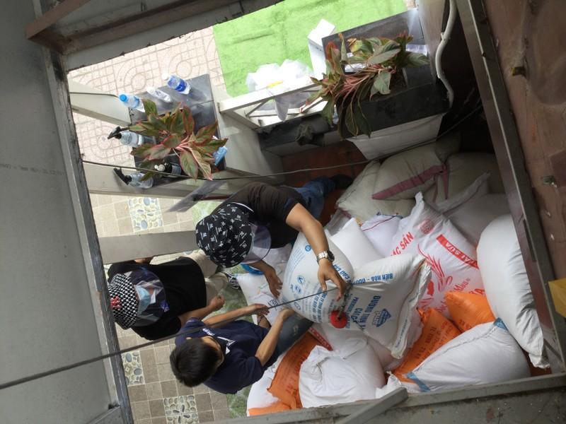 Dân kéo nhau đến góp gạo cho máy phát gạo tự động - ảnh 3