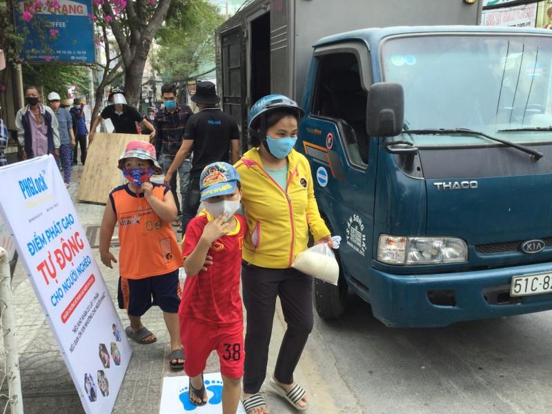 Dân kéo nhau đến góp gạo cho máy phát gạo tự động - ảnh 2
