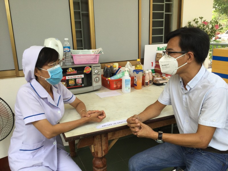 Tặng yến sào cho y, bác sĩ chống dịch COVID-19  - ảnh 1