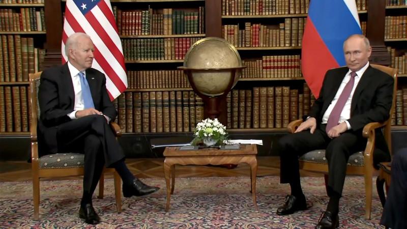 Ông Putin và ông Biden giữ khuôn mặt lạnh và tránh nhìn nhau - ảnh 1
