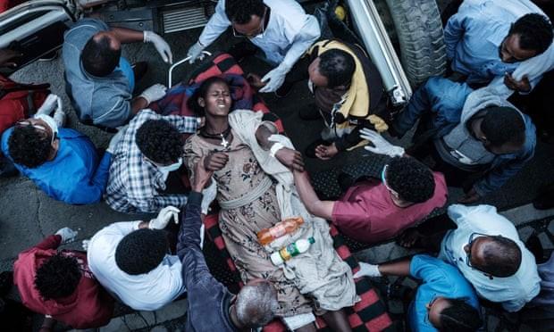 Quân đội không kích nhầm xuống chợ, gần 250 người thương vong - ảnh 1