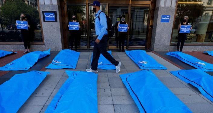 Video: Đặt túi thi thể trước trụ sở Facebook, phản đối lan tin sai về COVID-19 - ảnh 1