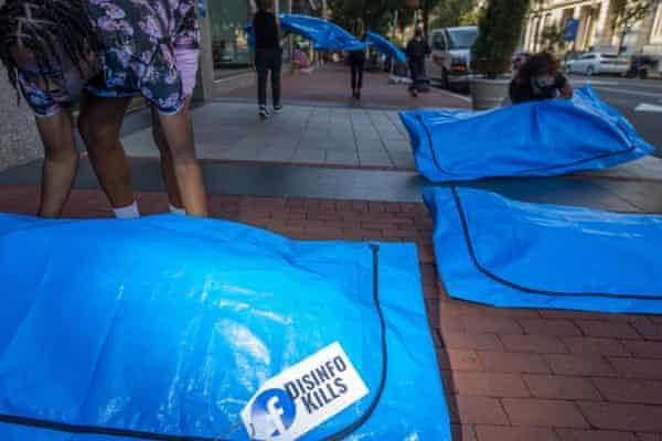 Video: Đặt túi thi thể trước trụ sở Facebook, phản đối lan tin sai về COVID-19 - ảnh 2