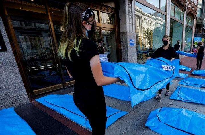 Video: Đặt túi thi thể trước trụ sở Facebook, phản đối lan tin sai về COVID-19 - ảnh 3