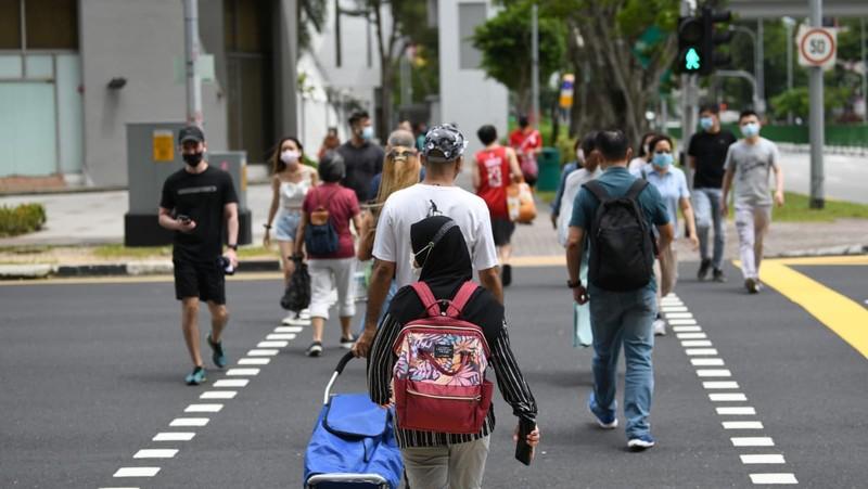 Phủ vaccine rộng, dịch vẫn bùng mạnh ở Singapore nhưng hơn 98% không triệu chứng - ảnh 1