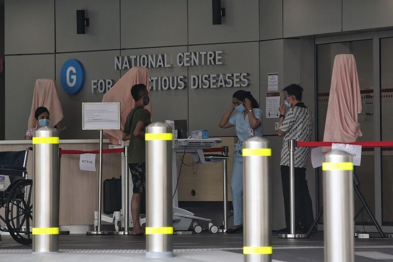 Phủ vaccine rộng, dịch vẫn bùng mạnh ở Singapore nhưng hơn 98% không triệu chứng - ảnh 2