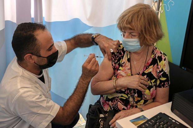 CDC Mỹ: Nên tiêm liều vaccine thứ 3 cho người hơn 65 tuổi thay vì người trẻ tuổi - ảnh 2