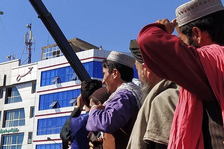 Taliban treo thi thể 4 người bị tình nghi là kẻ bắt cóc ở Afghanistan để răn đe - ảnh 2