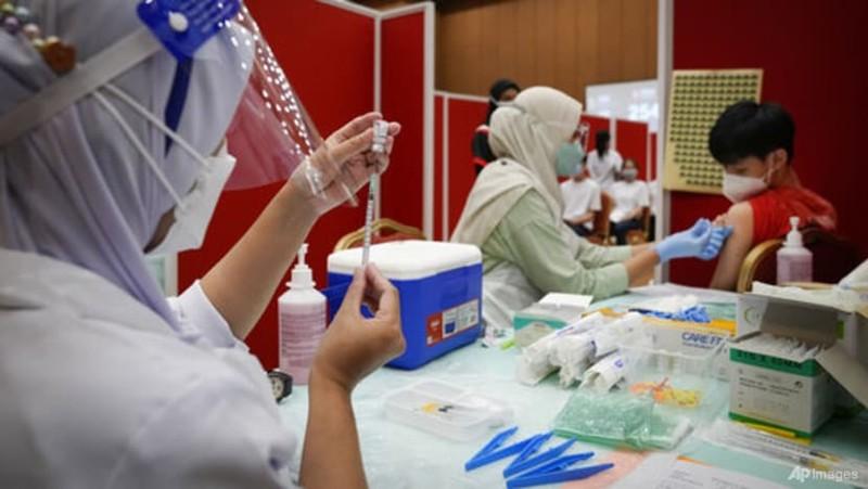 COVID-19: Malaysia bắt buộc toàn bộ nhân viên chính phủ tiêm vaccine - ảnh 1