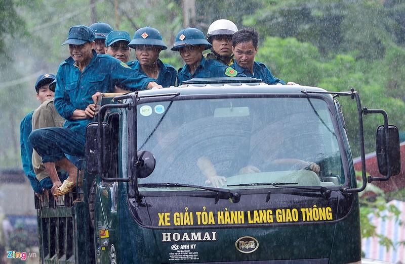 Trăm người tìm 18 nạn nhân bị đất đá vùi lấp - ảnh 11