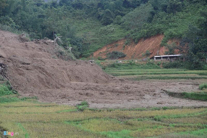 Trăm người tìm 18 nạn nhân bị đất đá vùi lấp - ảnh 8