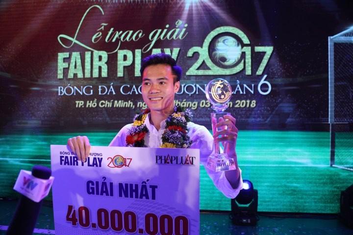 Giây phút Văn Toàn đoạt giải Fair Play 2017 - ảnh 7