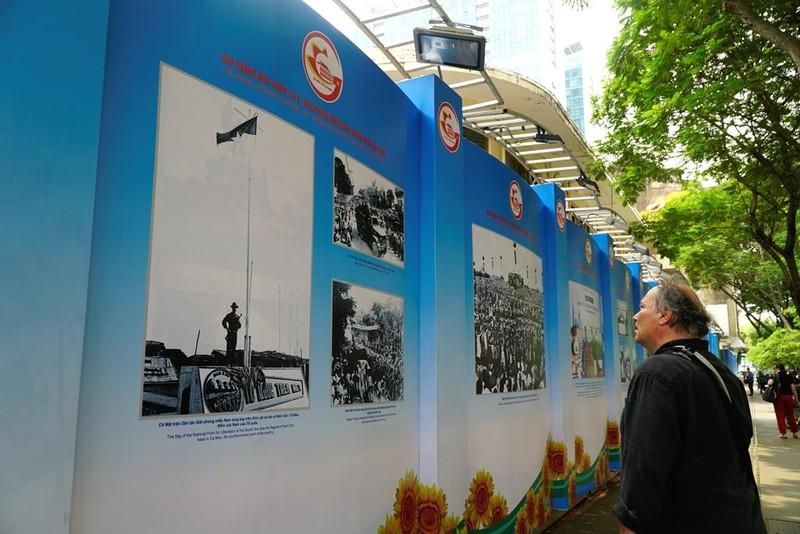 Triển lãm ảnh về TP.HCM thu hút du khách gần xa - ảnh 3