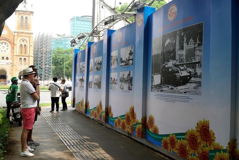 Triển lãm ảnh về TP.HCM thu hút du khách gần xa - ảnh 5