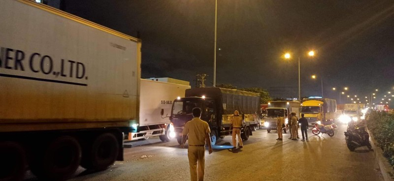 Một người tử vong sau khi va chạm liên tiếp với hai xe tải - ảnh 2