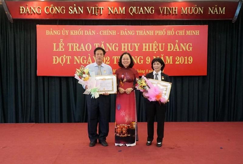 TP.HCM: Trao Huy hiệu Đảng đợt ngày 2-9 cho 28 đảng viên - ảnh 2