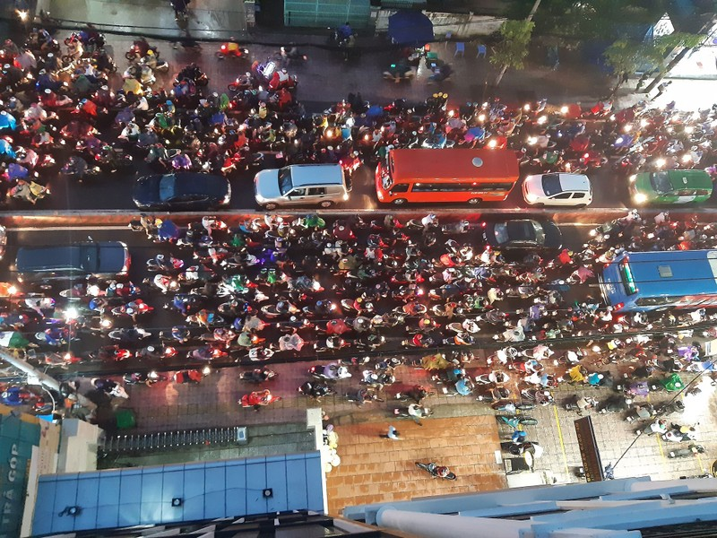 Kẹt xe kinh hoàng trên đường Huỳnh Tấn Phát, quận 7 - ảnh 2