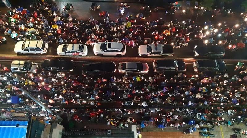 Kẹt xe kinh hoàng trên đường Huỳnh Tấn Phát, quận 7 - ảnh 4