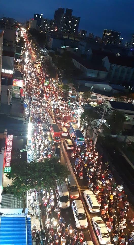 Kẹt xe kinh hoàng trên đường Huỳnh Tấn Phát, quận 7 - ảnh 5