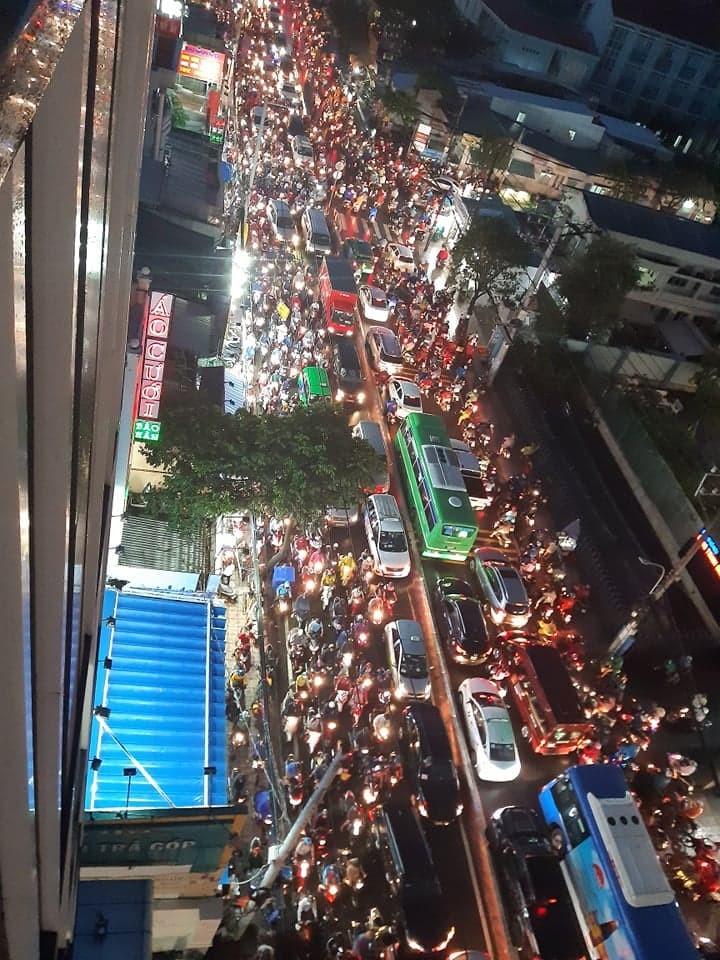 Kẹt xe kinh hoàng trên đường Huỳnh Tấn Phát, quận 7 - ảnh 7