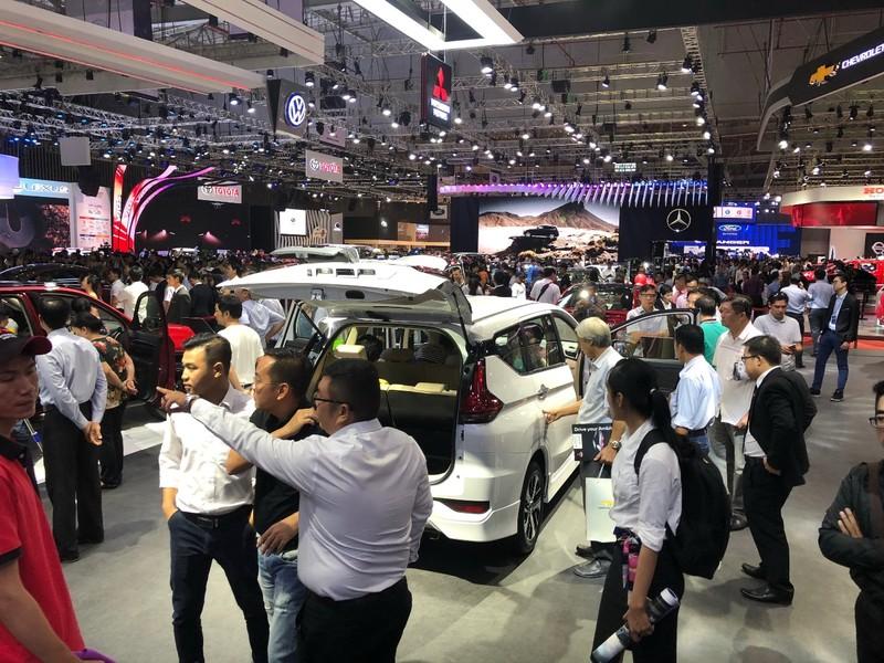 Hút khách cuối năm, nhiều ô tô giảm giá gần 100 triệu đồng - ảnh 1