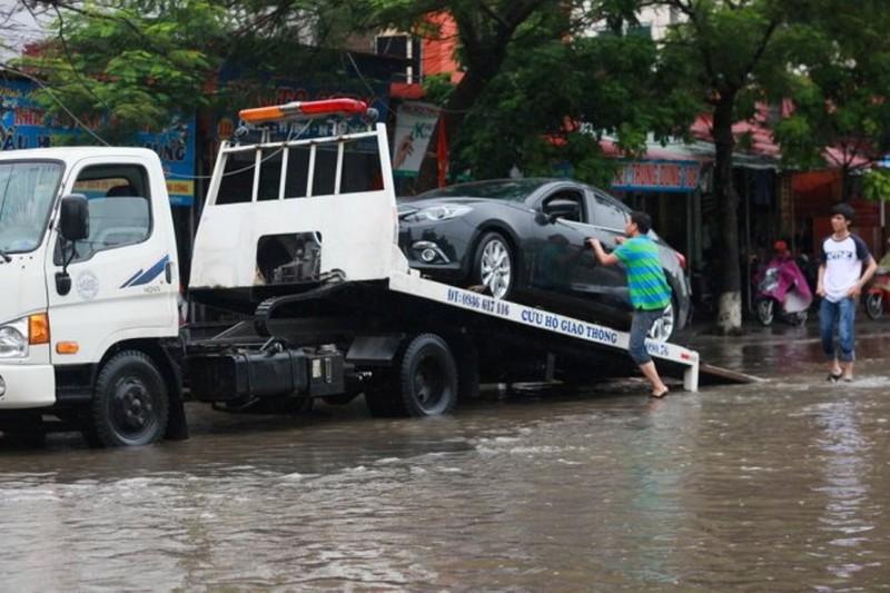 Mưa bão và hiểm họa gây thủy kích ô tô - ảnh 1