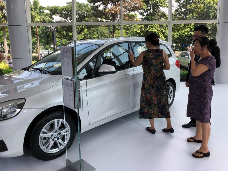 Giá xe giảm sâu tới 300 triệu đồng, kích cầu thị trường tết  - ảnh 1