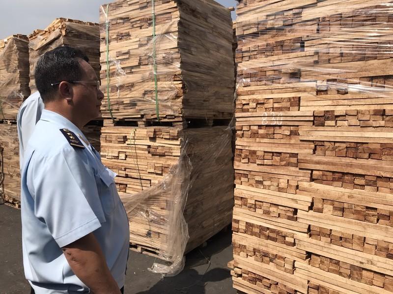 Bắt giữ lô hàng gỗ cao su trốn thuế giá trị 11 tỉ đồng - ảnh 1