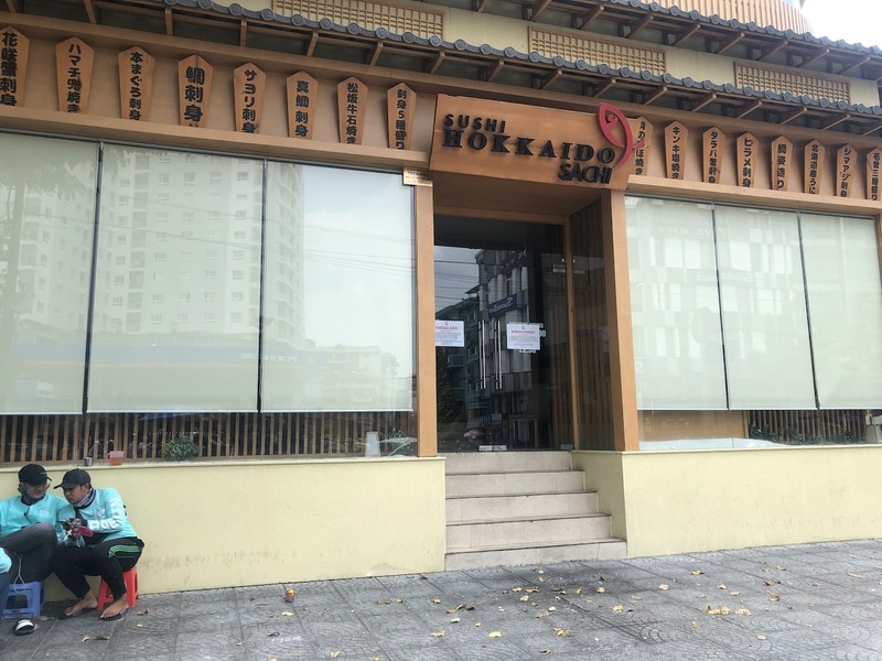 Hàng loạt quán ăn, salon tóc... đóng cửa chống dịch COVID-19 - ảnh 7