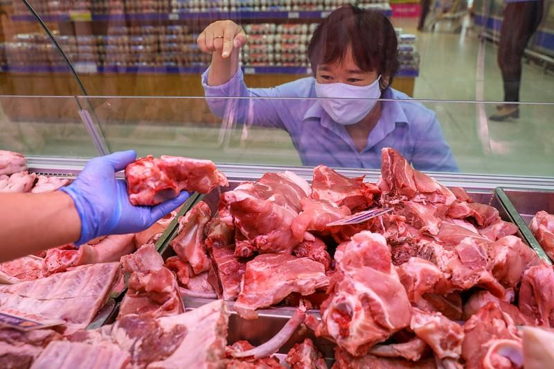 Giá heo hơi nhảy vọt hơn 90.000 đồng/kg, thịt bán lẻ cao ngất - ảnh 1