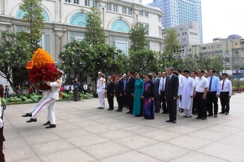 Lãnh đạo TP.HCM dâng hương Chủ tịch Hồ Chí Minh - ảnh 1